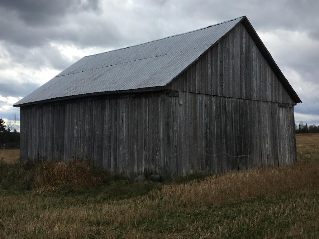 Grange debout grise